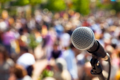 Microphone-to-the-crowd-000077572253_Large